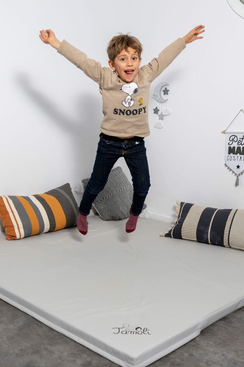enfant-saute-sur-tamoli-tapis-de-motricite-libre-bebe-boutique
